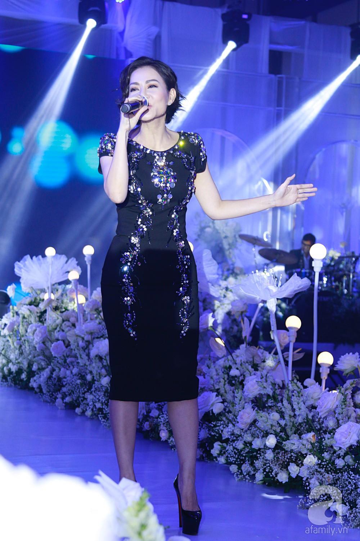 Tiệc cưới chính thức bắt đầu, cô dâu Sara Lưu âu yếm lau nhẹ vết son của mình trên môi chú rể Dương Khắc Linh-2