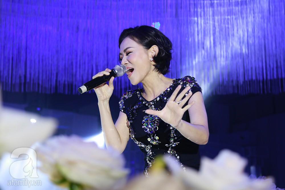 Tiệc cưới chính thức bắt đầu, cô dâu Sara Lưu âu yếm lau nhẹ vết son của mình trên môi chú rể Dương Khắc Linh-3