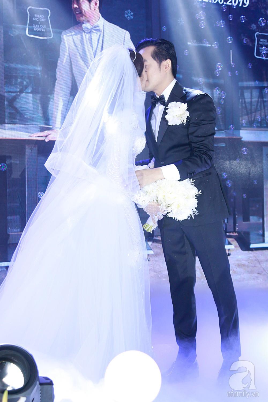 Tiệc cưới chính thức bắt đầu, cô dâu Sara Lưu âu yếm lau nhẹ vết son của mình trên môi chú rể Dương Khắc Linh-9