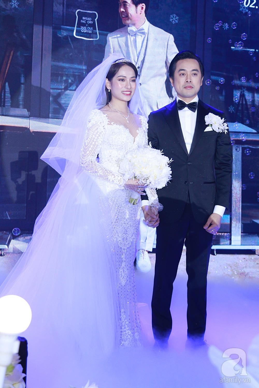 Tiệc cưới chính thức bắt đầu, cô dâu Sara Lưu âu yếm lau nhẹ vết son của mình trên môi chú rể Dương Khắc Linh-10
