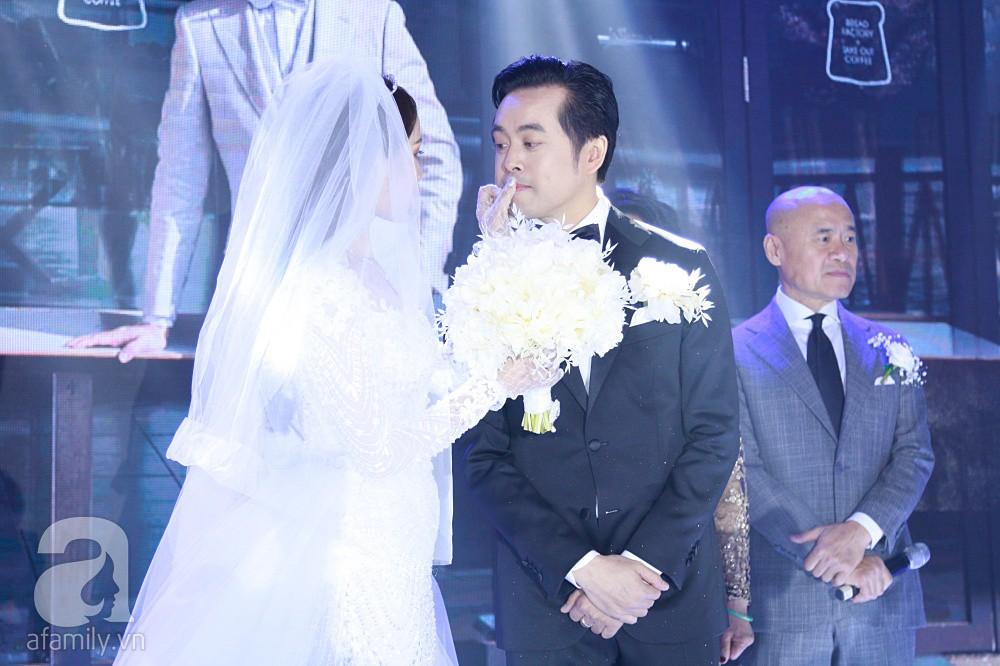 Tiệc cưới chính thức bắt đầu, cô dâu Sara Lưu âu yếm lau nhẹ vết son của mình trên môi chú rể Dương Khắc Linh-11