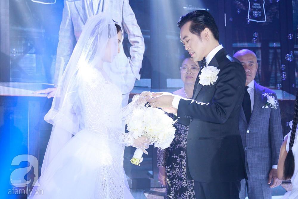 Tiệc cưới chính thức bắt đầu, cô dâu Sara Lưu âu yếm lau nhẹ vết son của mình trên môi chú rể Dương Khắc Linh-12