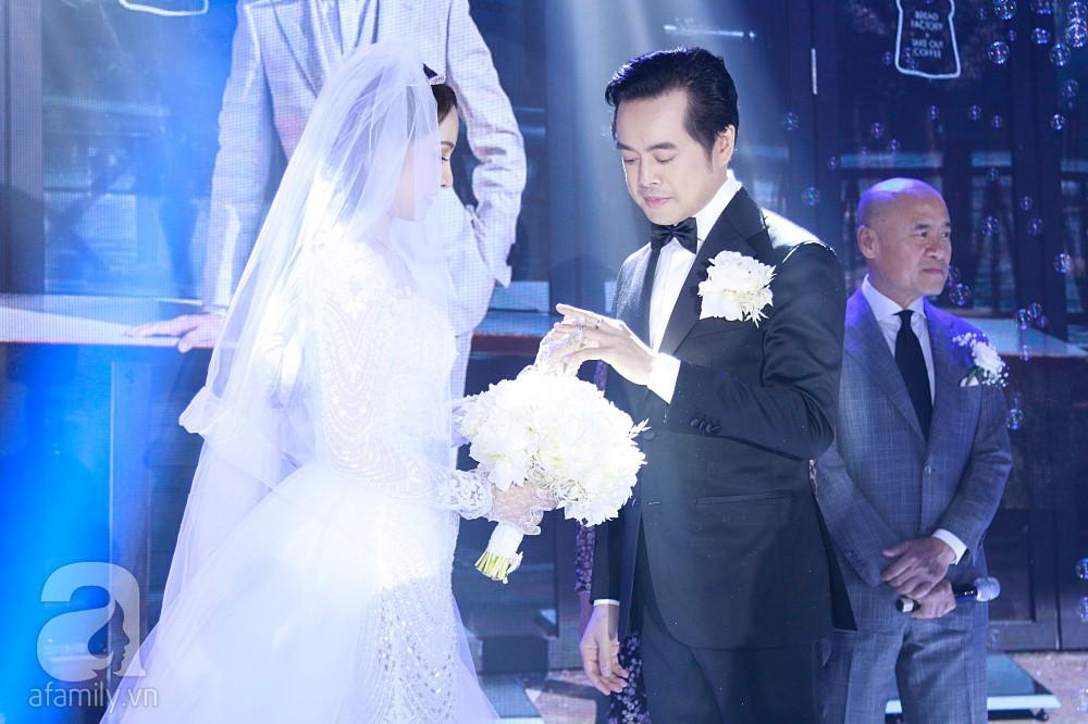 Tiệc cưới chính thức bắt đầu, cô dâu Sara Lưu âu yếm lau nhẹ vết son của mình trên môi chú rể Dương Khắc Linh-13