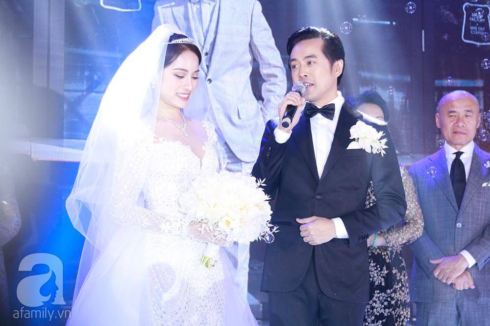 Tiệc cưới chính thức bắt đầu, cô dâu Sara Lưu âu yếm lau nhẹ vết son của mình trên môi chú rể Dương Khắc Linh-14