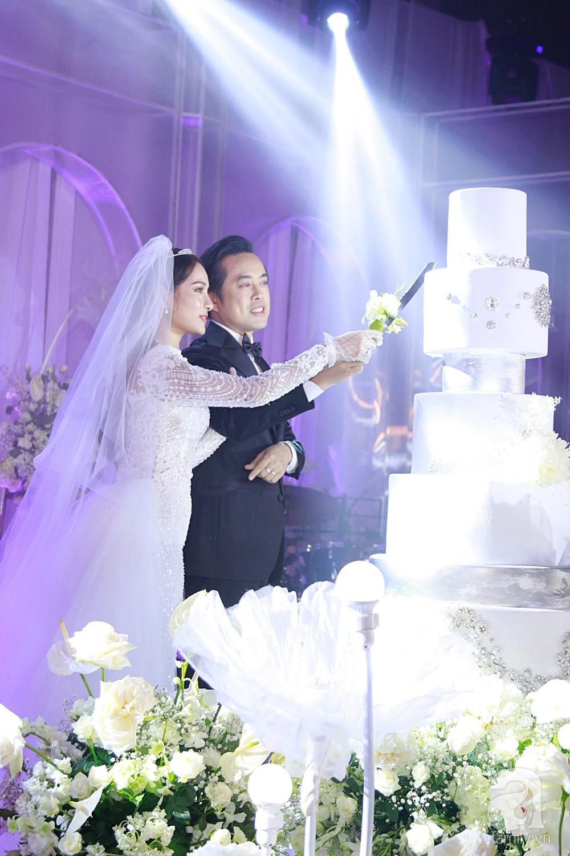 Tiệc cưới chính thức bắt đầu, cô dâu Sara Lưu âu yếm lau nhẹ vết son của mình trên môi chú rể Dương Khắc Linh-17