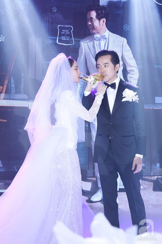 Tiệc cưới chính thức bắt đầu, cô dâu Sara Lưu âu yếm lau nhẹ vết son của mình trên môi chú rể Dương Khắc Linh-19