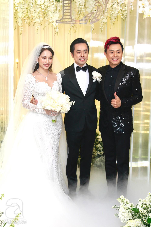 Tiệc cưới chính thức bắt đầu, cô dâu Sara Lưu âu yếm lau nhẹ vết son của mình trên môi chú rể Dương Khắc Linh-34