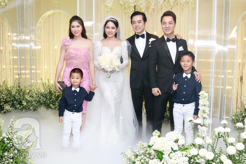 Tiệc cưới chính thức bắt đầu, cô dâu Sara Lưu âu yếm lau nhẹ vết son của mình trên môi chú rể Dương Khắc Linh-35