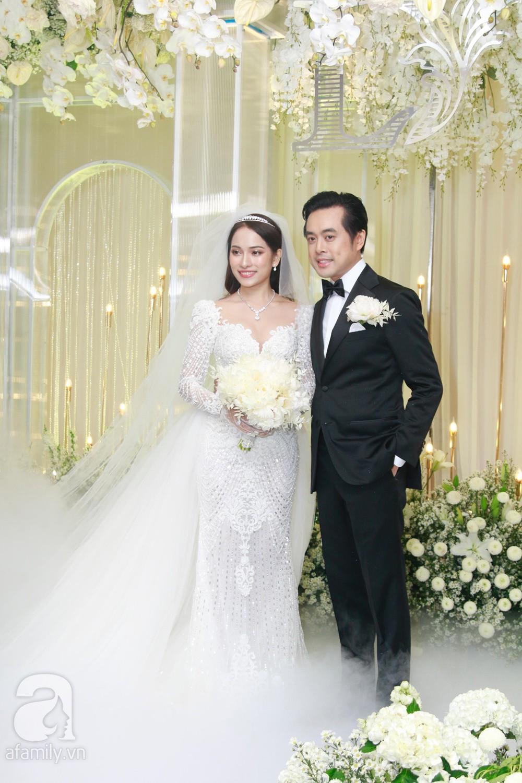 Tiệc cưới chính thức bắt đầu, cô dâu Sara Lưu âu yếm lau nhẹ vết son của mình trên môi chú rể Dương Khắc Linh-26