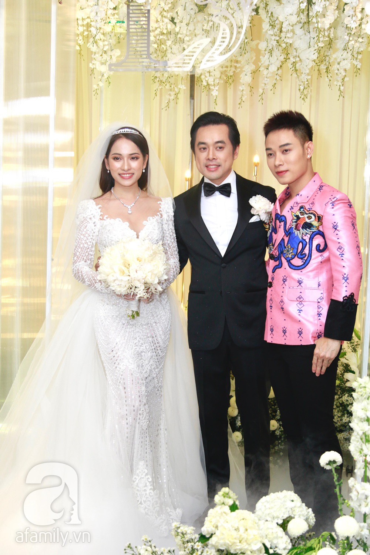 Tiệc cưới chính thức bắt đầu, cô dâu Sara Lưu âu yếm lau nhẹ vết son của mình trên môi chú rể Dương Khắc Linh-37