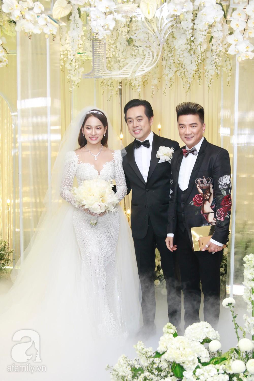 Tiệc cưới chính thức bắt đầu, cô dâu Sara Lưu âu yếm lau nhẹ vết son của mình trên môi chú rể Dương Khắc Linh-38
