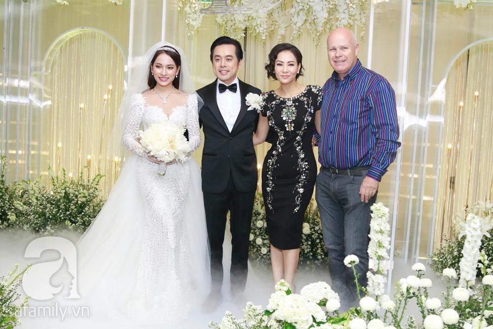 Tiệc cưới chính thức bắt đầu, cô dâu Sara Lưu âu yếm lau nhẹ vết son của mình trên môi chú rể Dương Khắc Linh-29