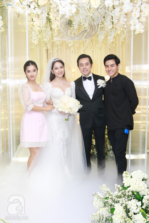 Tiệc cưới chính thức bắt đầu, cô dâu Sara Lưu âu yếm lau nhẹ vết son của mình trên môi chú rể Dương Khắc Linh-39