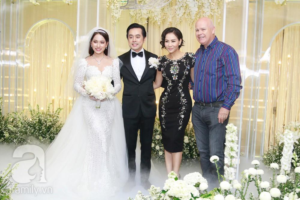 Tiệc cưới chính thức bắt đầu, cô dâu Sara Lưu âu yếm lau nhẹ vết son của mình trên môi chú rể Dương Khắc Linh-30