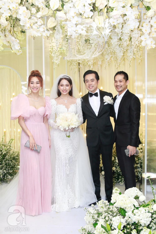 Tiệc cưới chính thức bắt đầu, cô dâu Sara Lưu âu yếm lau nhẹ vết son của mình trên môi chú rể Dương Khắc Linh-40
