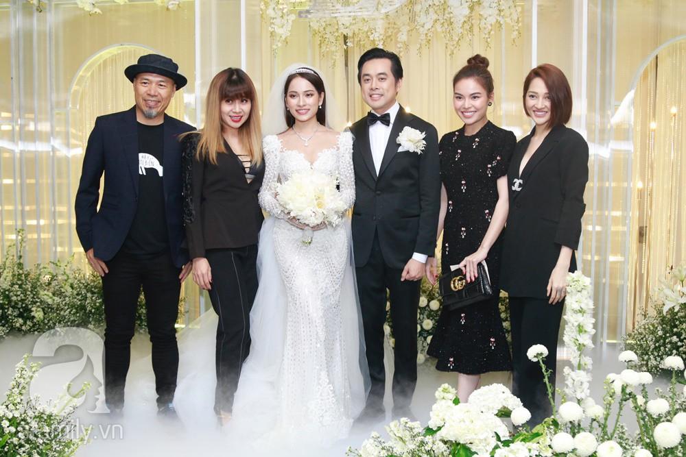 Tiệc cưới chính thức bắt đầu, cô dâu Sara Lưu âu yếm lau nhẹ vết son của mình trên môi chú rể Dương Khắc Linh-31