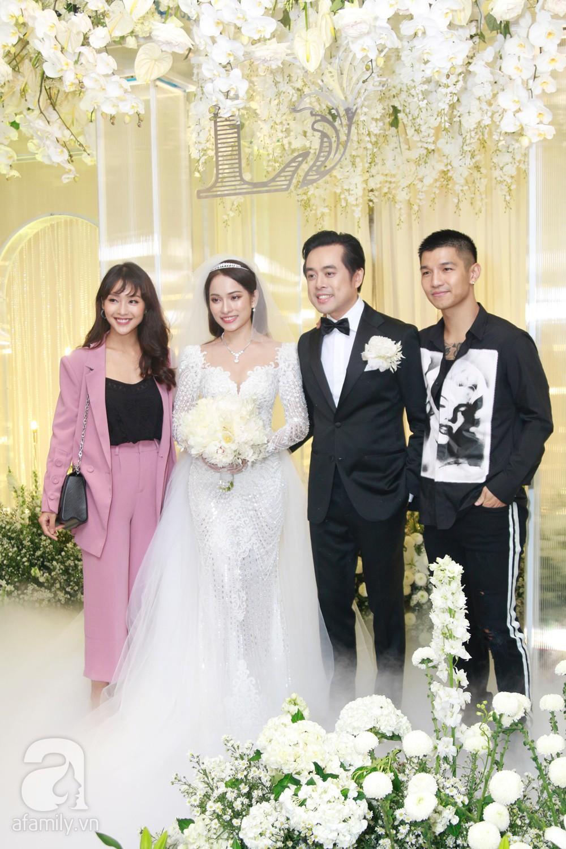 Tiệc cưới chính thức bắt đầu, cô dâu Sara Lưu âu yếm lau nhẹ vết son của mình trên môi chú rể Dương Khắc Linh-32
