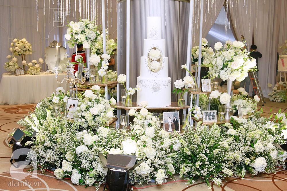 Tiệc cưới chính thức bắt đầu, cô dâu Sara Lưu âu yếm lau nhẹ vết son của mình trên môi chú rể Dương Khắc Linh-47