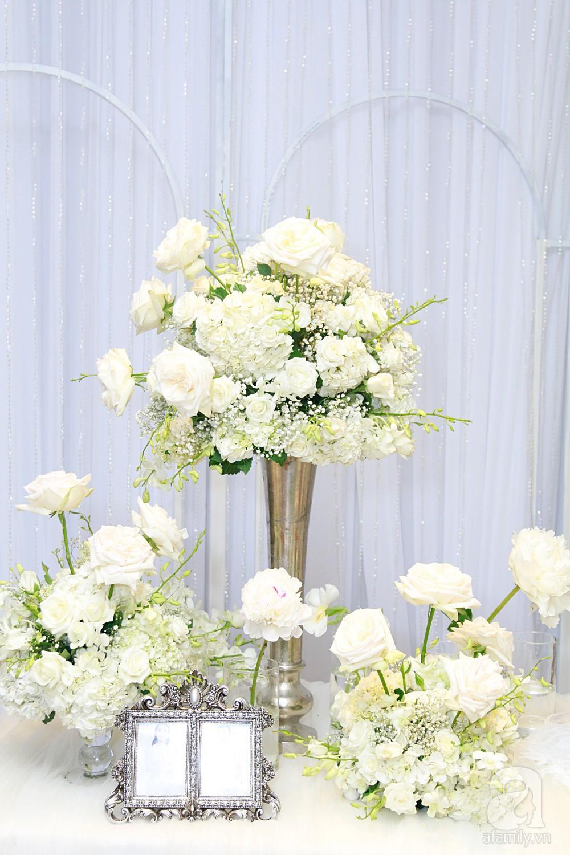 Tiệc cưới chính thức bắt đầu, cô dâu Sara Lưu âu yếm lau nhẹ vết son của mình trên môi chú rể Dương Khắc Linh-48