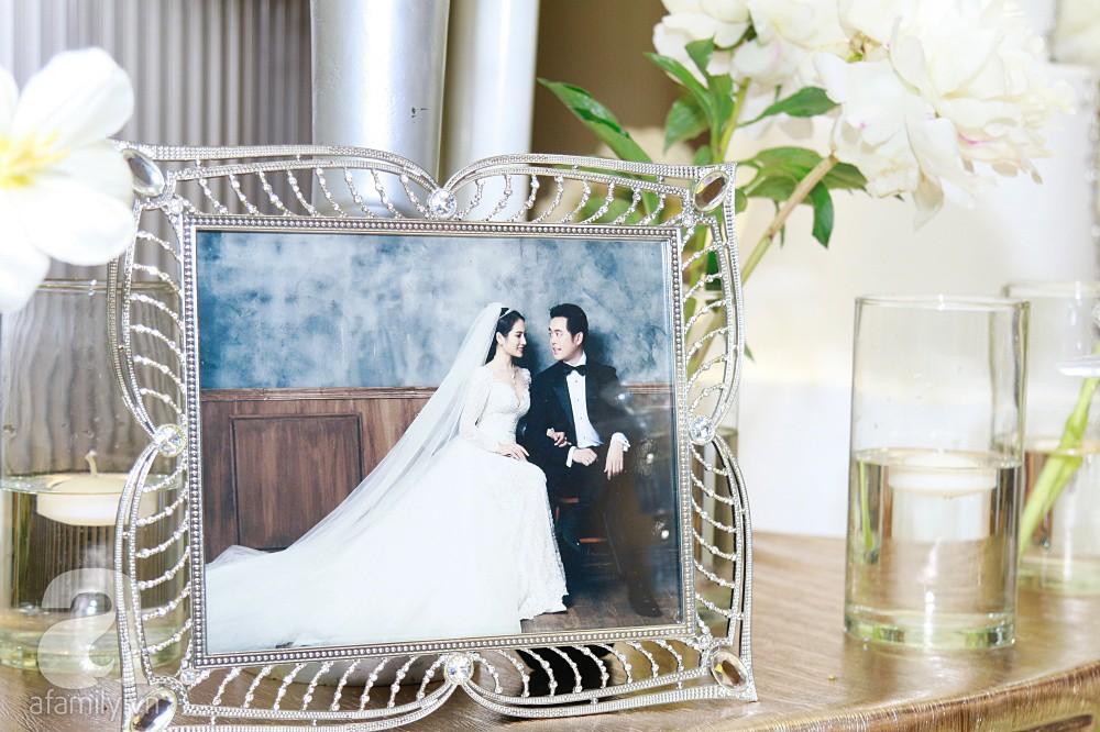 Tiệc cưới chính thức bắt đầu, cô dâu Sara Lưu âu yếm lau nhẹ vết son của mình trên môi chú rể Dương Khắc Linh-50