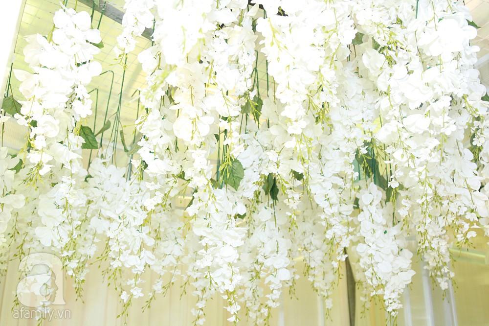 Tiệc cưới chính thức bắt đầu, cô dâu Sara Lưu âu yếm lau nhẹ vết son của mình trên môi chú rể Dương Khắc Linh-53