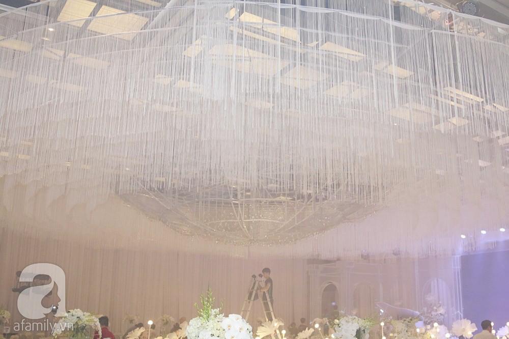 Tiệc cưới chính thức bắt đầu, cô dâu Sara Lưu âu yếm lau nhẹ vết son của mình trên môi chú rể Dương Khắc Linh-60