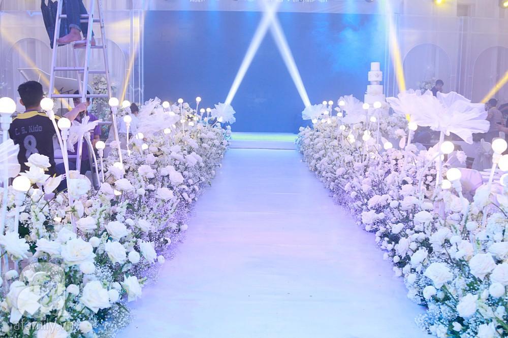 Tiệc cưới chính thức bắt đầu, cô dâu Sara Lưu âu yếm lau nhẹ vết son của mình trên môi chú rể Dương Khắc Linh-62