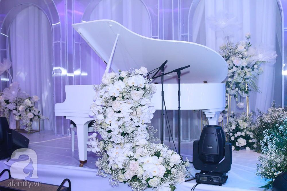 Tiệc cưới chính thức bắt đầu, cô dâu Sara Lưu âu yếm lau nhẹ vết son của mình trên môi chú rể Dương Khắc Linh-64