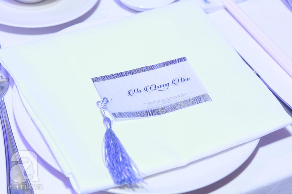 Tiệc cưới chính thức bắt đầu, cô dâu Sara Lưu âu yếm lau nhẹ vết son của mình trên môi chú rể Dương Khắc Linh-66