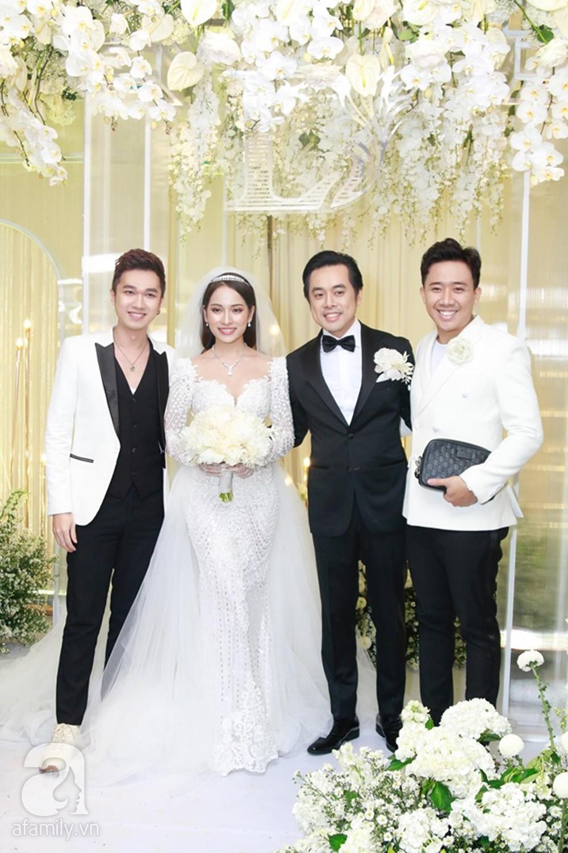 Tiệc cưới chính thức bắt đầu, cô dâu Sara Lưu âu yếm lau nhẹ vết son của mình trên môi chú rể Dương Khắc Linh-43