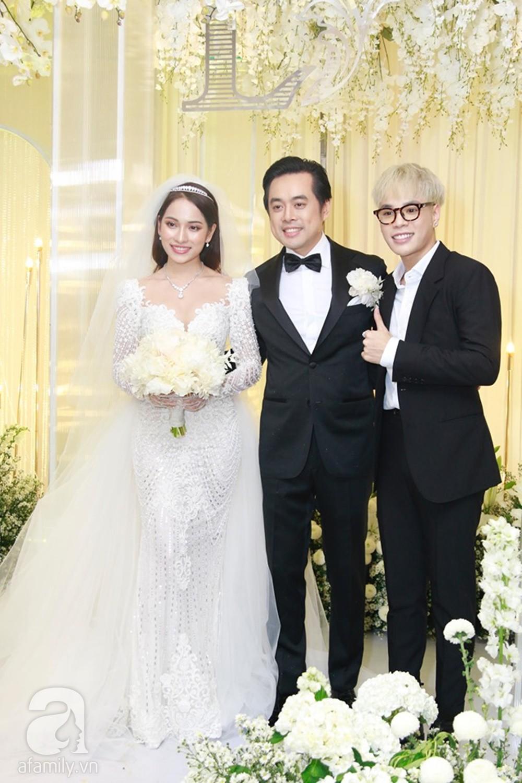 Tiệc cưới chính thức bắt đầu, cô dâu Sara Lưu âu yếm lau nhẹ vết son của mình trên môi chú rể Dương Khắc Linh-42