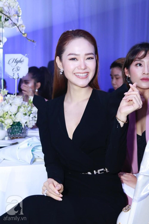Tiệc cưới chính thức bắt đầu, cô dâu Sara Lưu âu yếm lau nhẹ vết son của mình trên môi chú rể Dương Khắc Linh-41