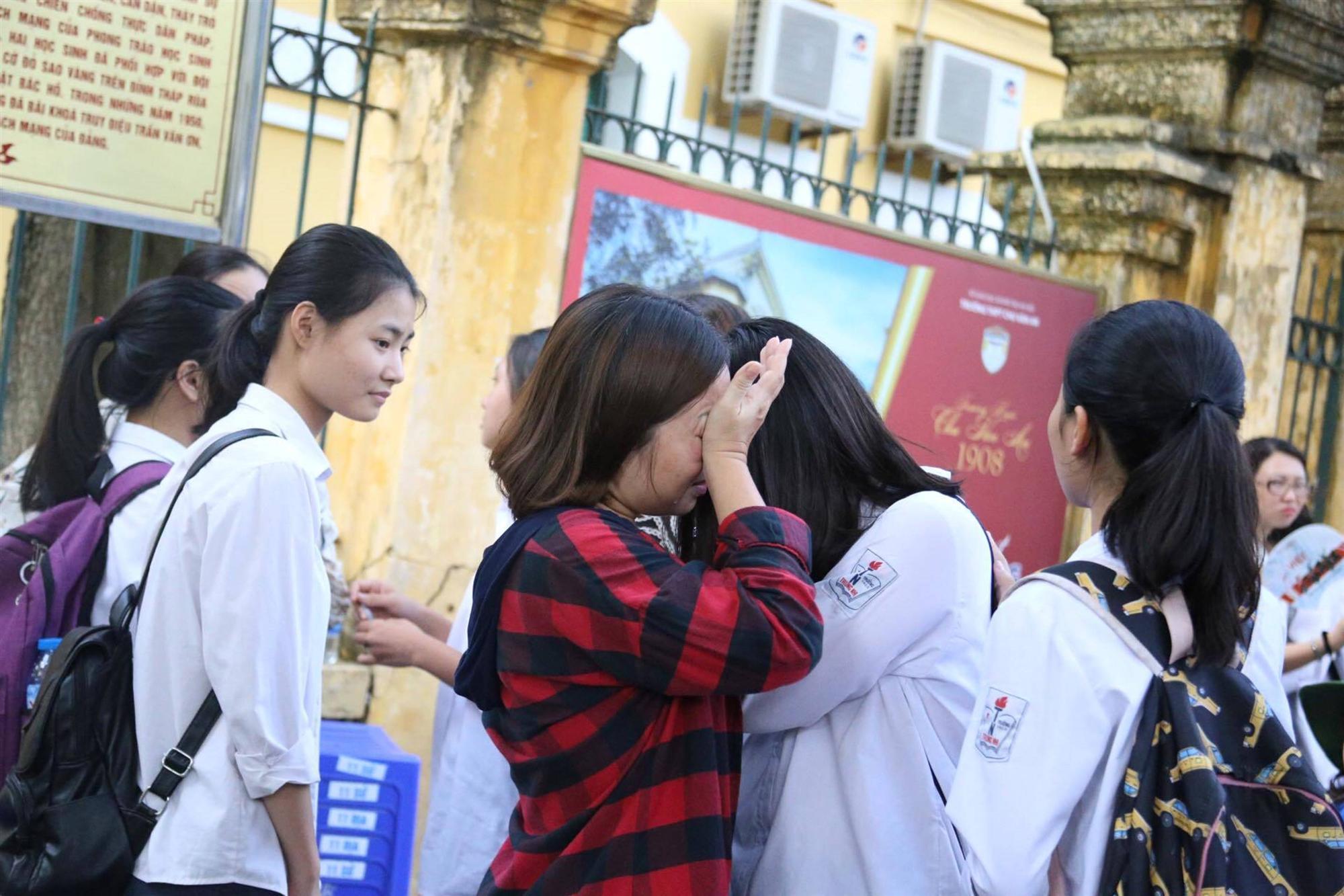 Mẹ con ôm nhau khóc sau giờ thi toán lớp 10 ở Hà Nội-1
