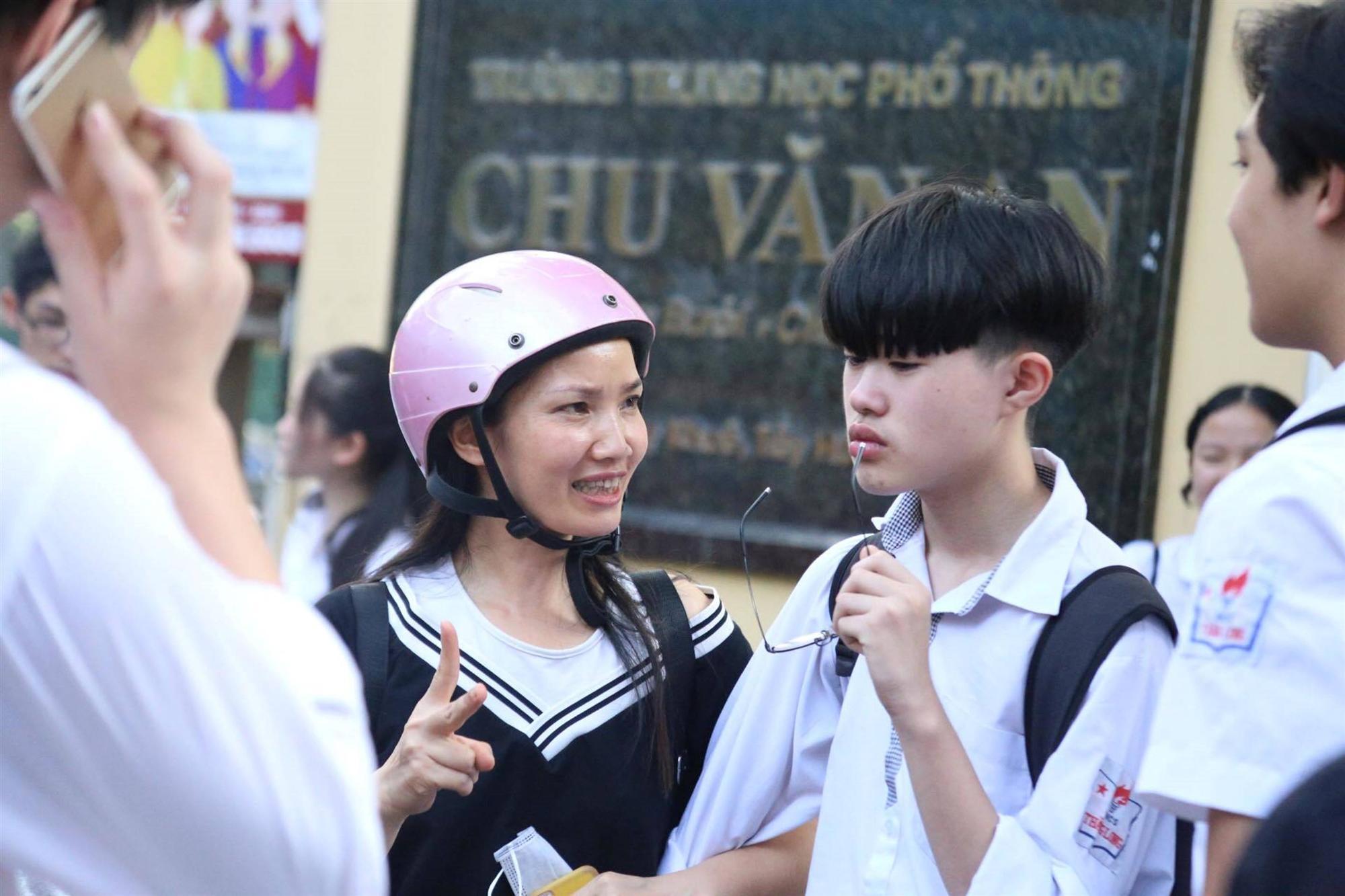 Mẹ con ôm nhau khóc sau giờ thi toán lớp 10 ở Hà Nội-4