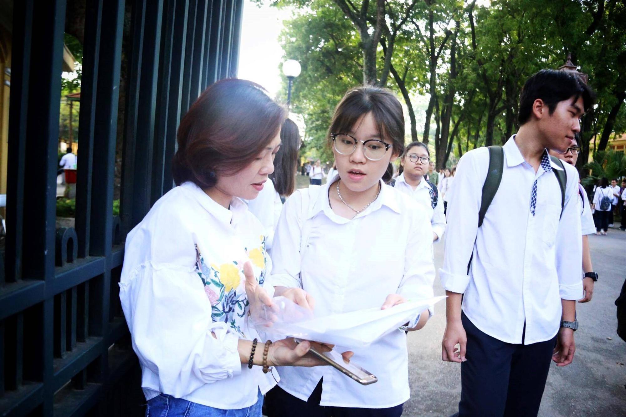 Mẹ con ôm nhau khóc sau giờ thi toán lớp 10 ở Hà Nội-8