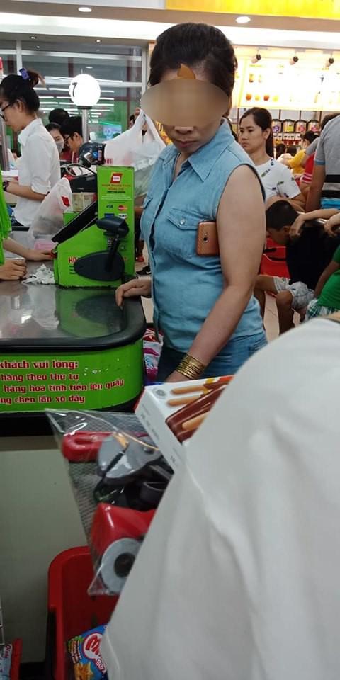 MXH phẫn nộ với chị gái tay đeo vàng, nách cắp smartphone nhưng không biết xếp hàng trong siêu thị, chen ngang giành thanh toán trước-1