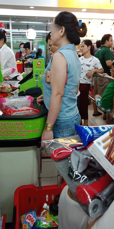 MXH phẫn nộ với chị gái tay đeo vàng, nách cắp smartphone nhưng không biết xếp hàng trong siêu thị, chen ngang giành thanh toán trước-2