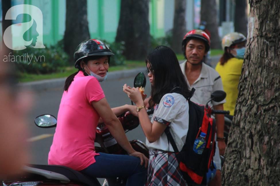 Kỳ thi vào 10: Học sinh ăn vội bánh mì trước cổng trường, cha mẹ ôm hôn tiếp sức cho con trước khi bước vào phòng-1