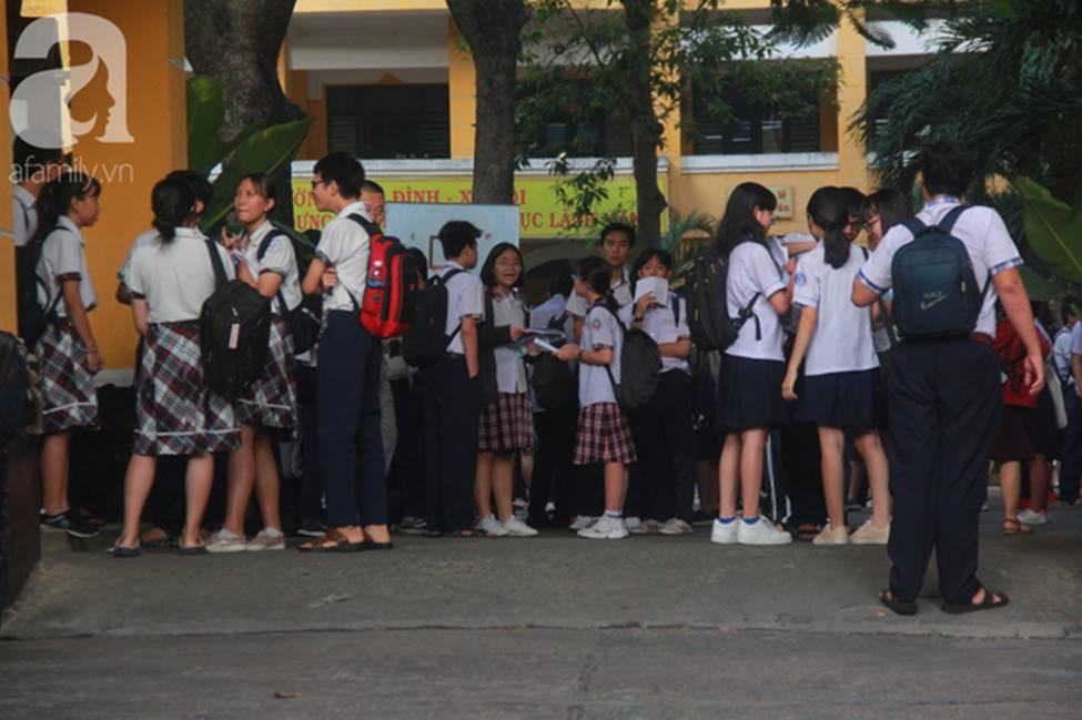 Kỳ thi vào 10: Học sinh ăn vội bánh mì trước cổng trường, cha mẹ ôm hôn tiếp sức cho con trước khi bước vào phòng-2