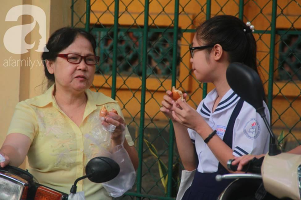 Kỳ thi vào 10: Học sinh ăn vội bánh mì trước cổng trường, cha mẹ ôm hôn tiếp sức cho con trước khi bước vào phòng-4
