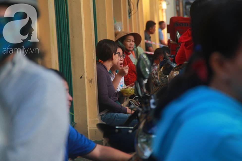 Kỳ thi vào 10: Học sinh ăn vội bánh mì trước cổng trường, cha mẹ ôm hôn tiếp sức cho con trước khi bước vào phòng-5