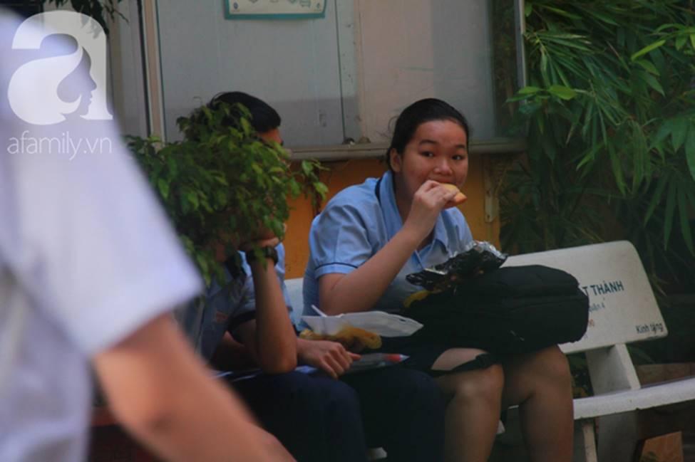 Kỳ thi vào 10: Học sinh ăn vội bánh mì trước cổng trường, cha mẹ ôm hôn tiếp sức cho con trước khi bước vào phòng-10
