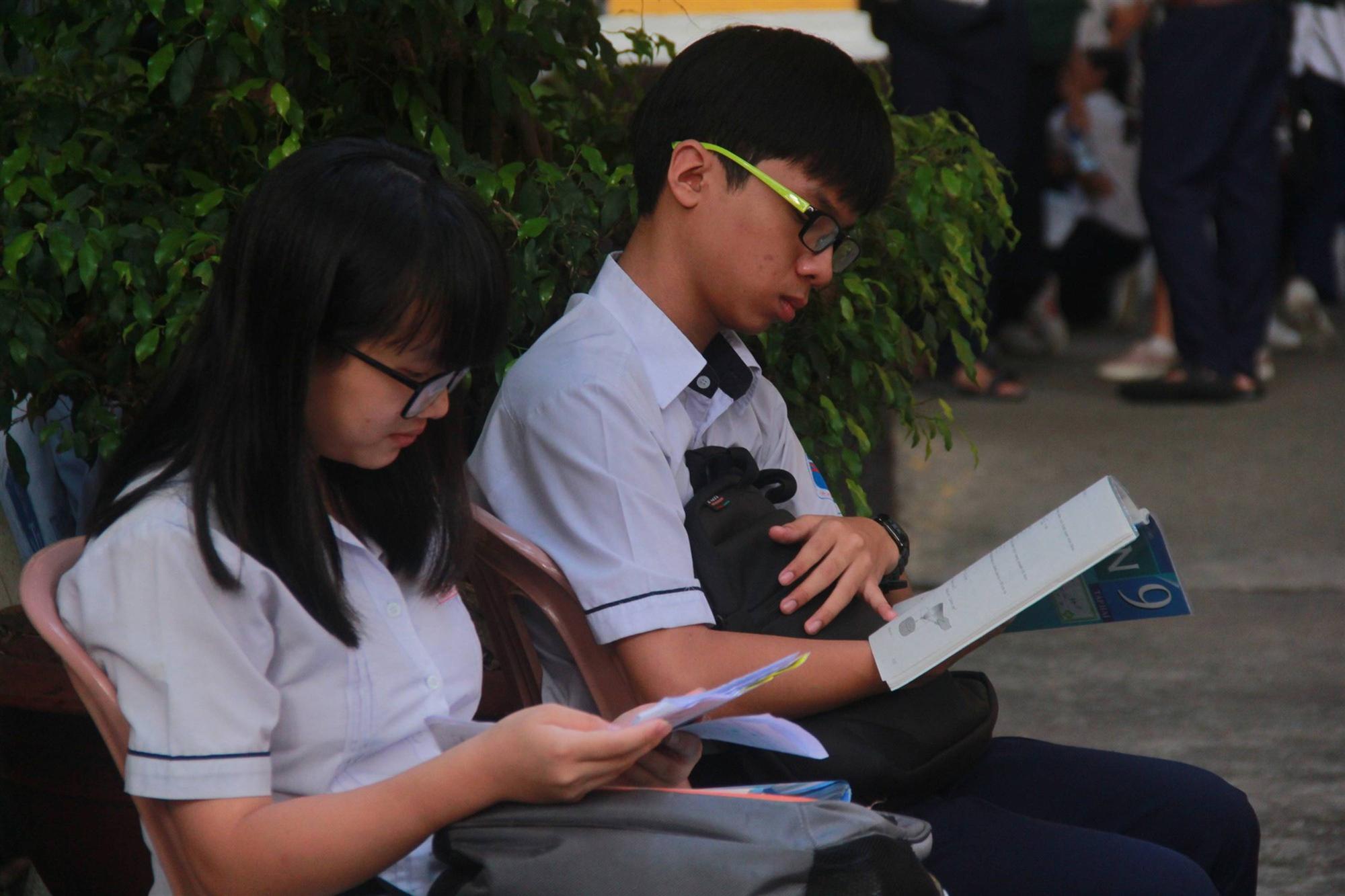 Kỳ thi vào 10: Học sinh ăn vội bánh mì trước cổng trường, cha mẹ ôm hôn tiếp sức cho con trước khi bước vào phòng-11