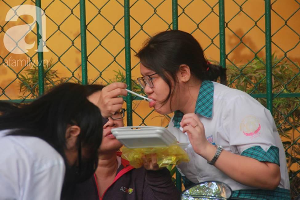 Kỳ thi vào 10: Học sinh ăn vội bánh mì trước cổng trường, cha mẹ ôm hôn tiếp sức cho con trước khi bước vào phòng-6