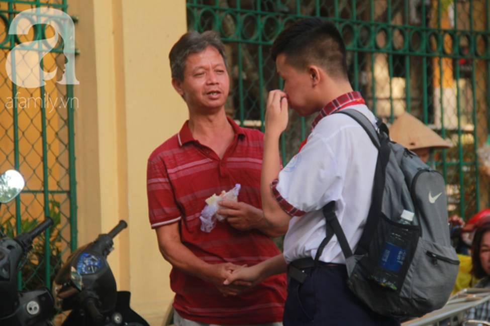Kỳ thi vào 10: Học sinh ăn vội bánh mì trước cổng trường, cha mẹ ôm hôn tiếp sức cho con trước khi bước vào phòng-7
