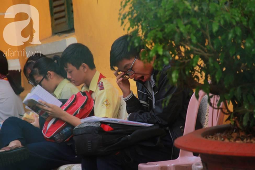 Kỳ thi vào 10: Học sinh ăn vội bánh mì trước cổng trường, cha mẹ ôm hôn tiếp sức cho con trước khi bước vào phòng-9