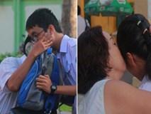 Kỳ thi vào 10: Học sinh ăn vội bánh mì trước cổng trường, cha mẹ ôm hôn tiếp sức cho con trước khi bước vào phòng