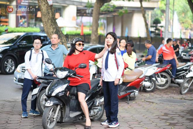 Ngày thi vào lớp 10 thứ hai: Thí sinh các tỉnh dự thi trường chuyên ở Hà Nội nhận xét đề Tiếng Anh rất dễ, tự tin được 9 điểm-8