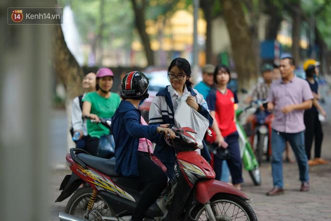 Ngày thi vào lớp 10 thứ hai: Thí sinh các tỉnh dự thi trường chuyên ở Hà Nội nhận xét đề Tiếng Anh rất dễ, tự tin được 9 điểm-16