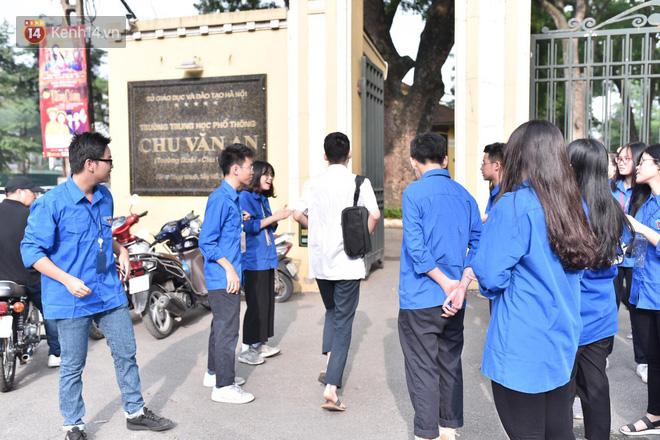 Ngày thi vào lớp 10 thứ hai: Thí sinh các tỉnh dự thi trường chuyên ở Hà Nội nhận xét đề Tiếng Anh rất dễ, tự tin được 9 điểm-18